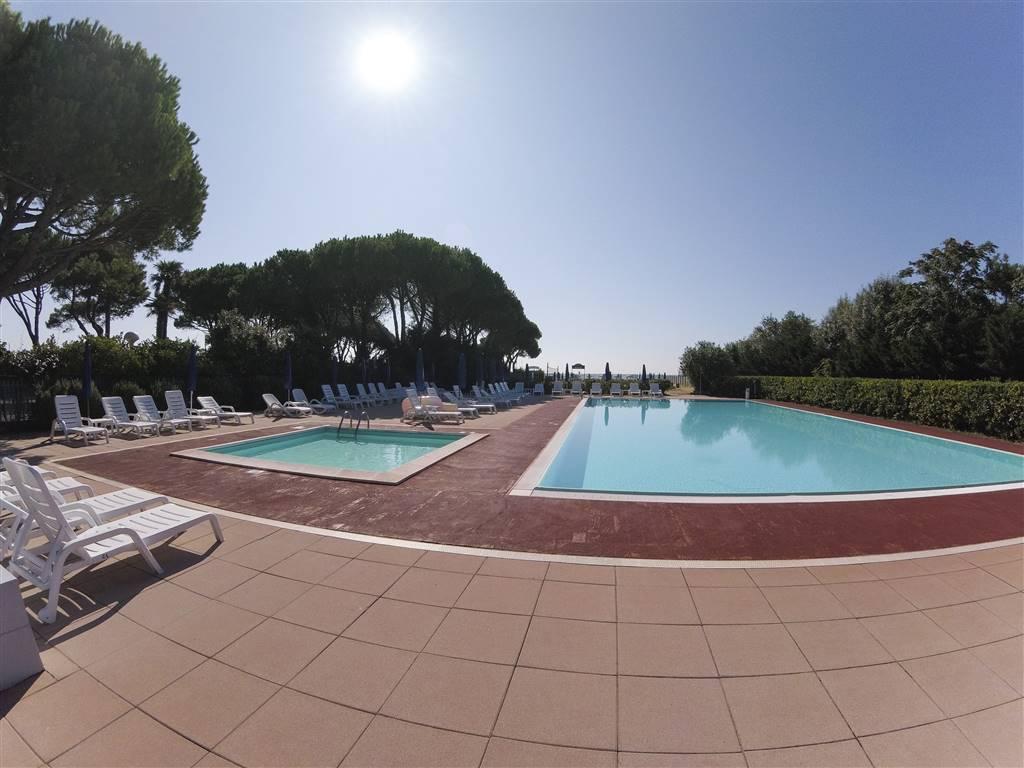ZONA PINETA Appartamento sito in un villaggio con piscina e spiaggia privata nella rilassante zona della pineta. L'unità immobiliare dispone di zona