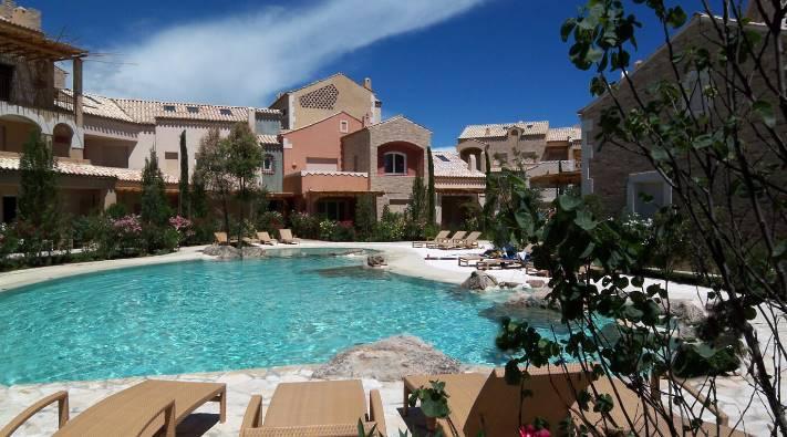 In signorile residence con piscina vendiamo uno spazioso appartamento strutturato su due livelli, composto da luminosa zona giorno di oltre 35mq, due