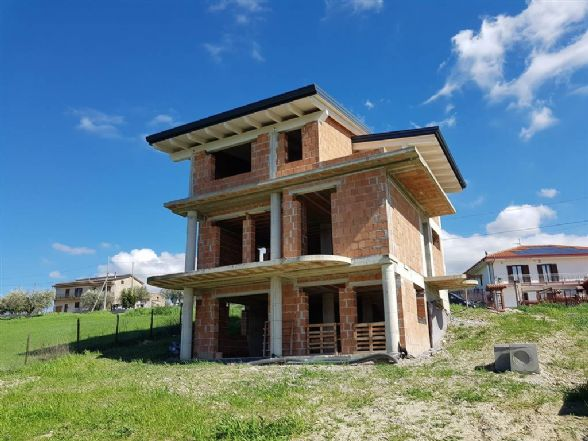 Villa in vendita a Rose, 8 locali, prezzo € 160.000   CambioCasa.it