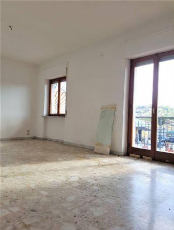 Montalto Uffugo Scalo - Vendesi appartamento al p. 2° in piccolo condominio di Mq. 130 e soffitta di 50 mq, composto da: ingresso, soggiorno, cucina.