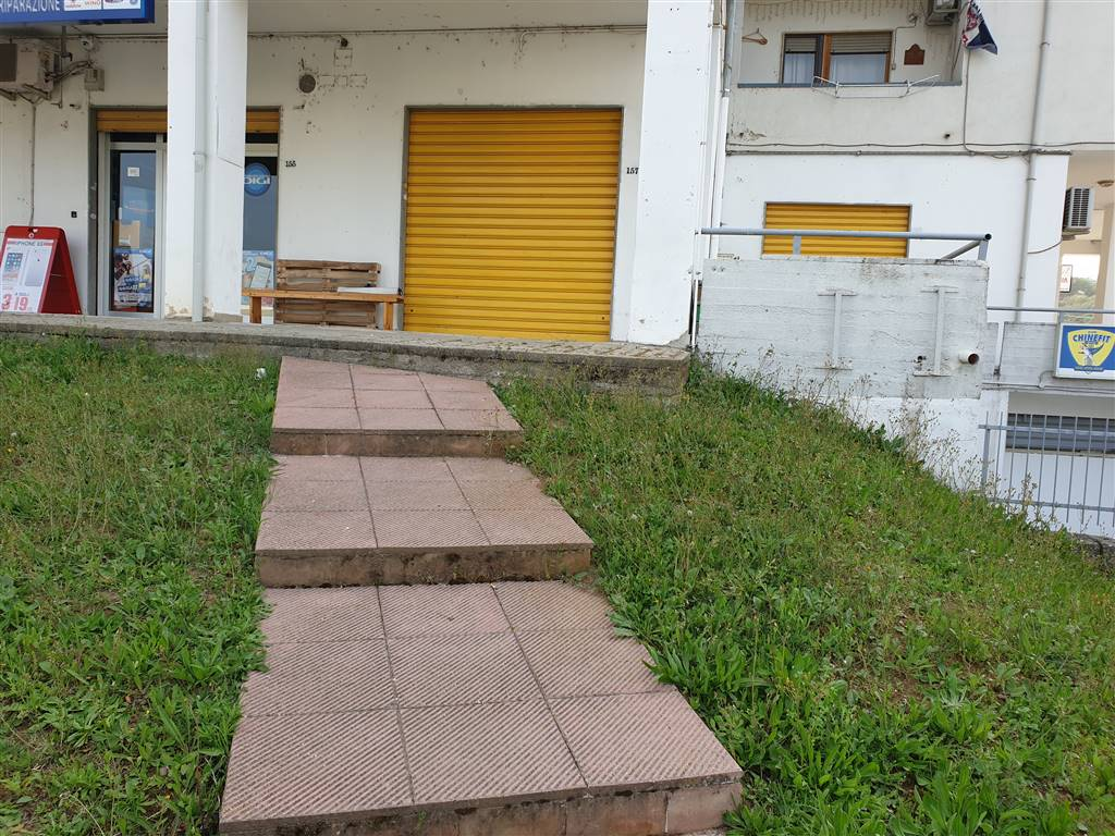 Montalto Uffugo Scalo (CS) vendesi locale commerciale di circa 34 mq compreso porticato, con una vetrina fronte strada, bagno ed antibagno. Zona