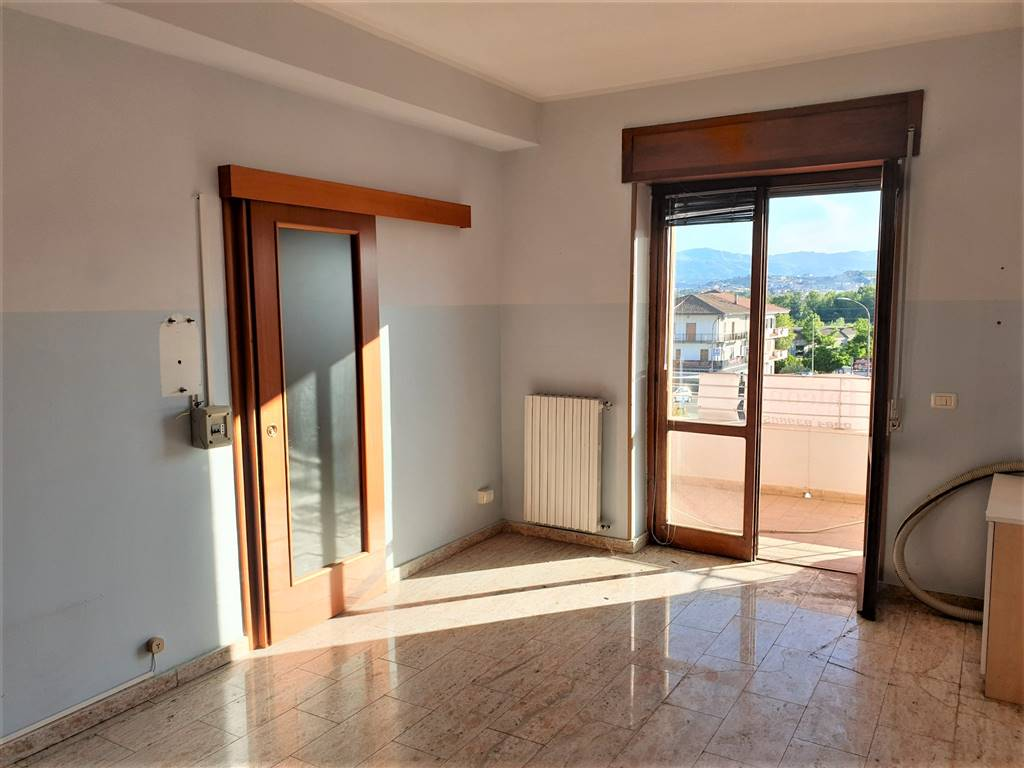 PETRARO, ROSE, Wohnung zu verkaufen von 195 Qm, Renovierungsbeduerftig, Heizung Unabhaengig, Energie-klasse: G, Epi: 0 kwh/m2 jahr, am boden 1° auf 3,