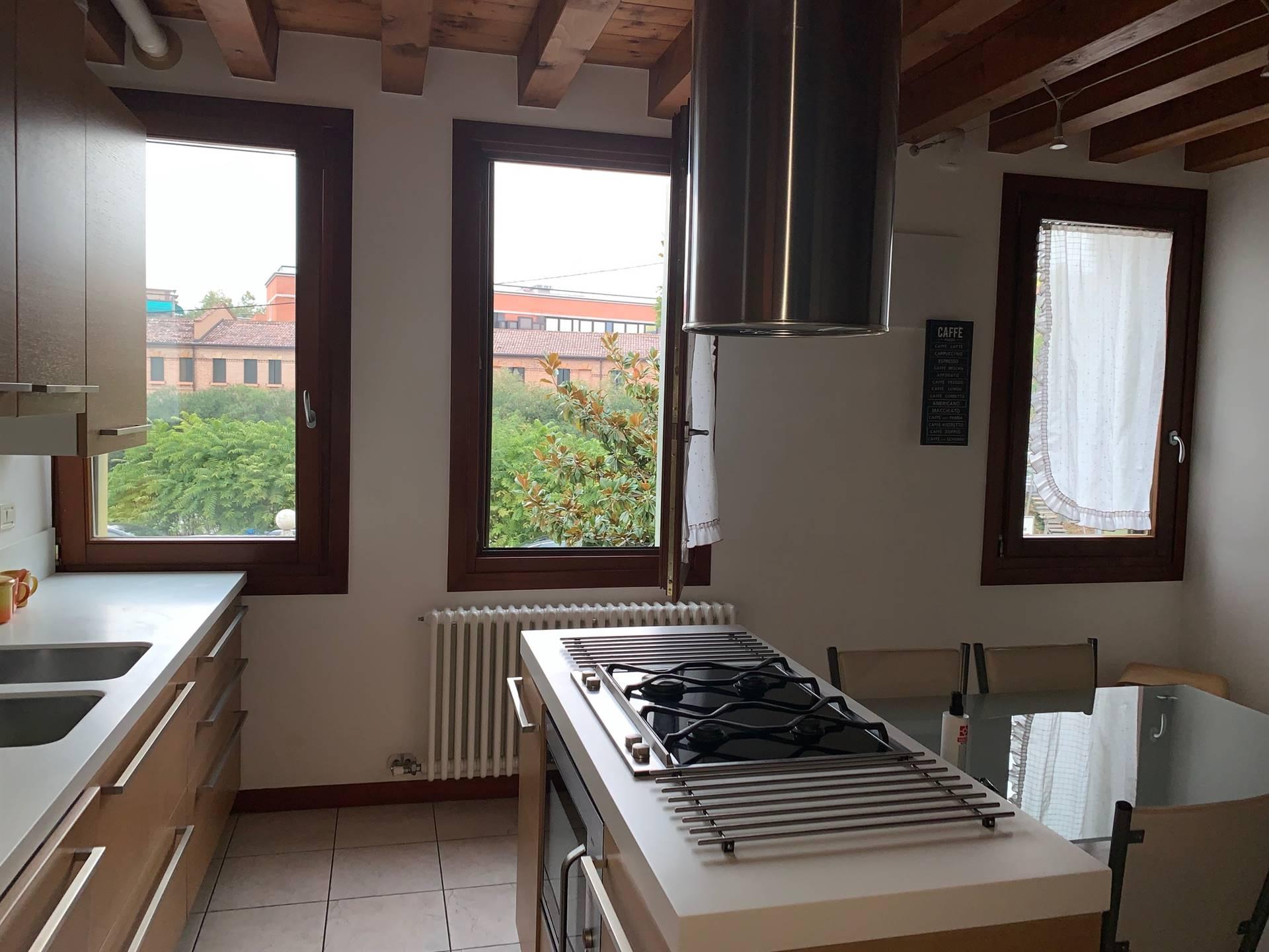 cucina con travi in legno appartamento Mestre
