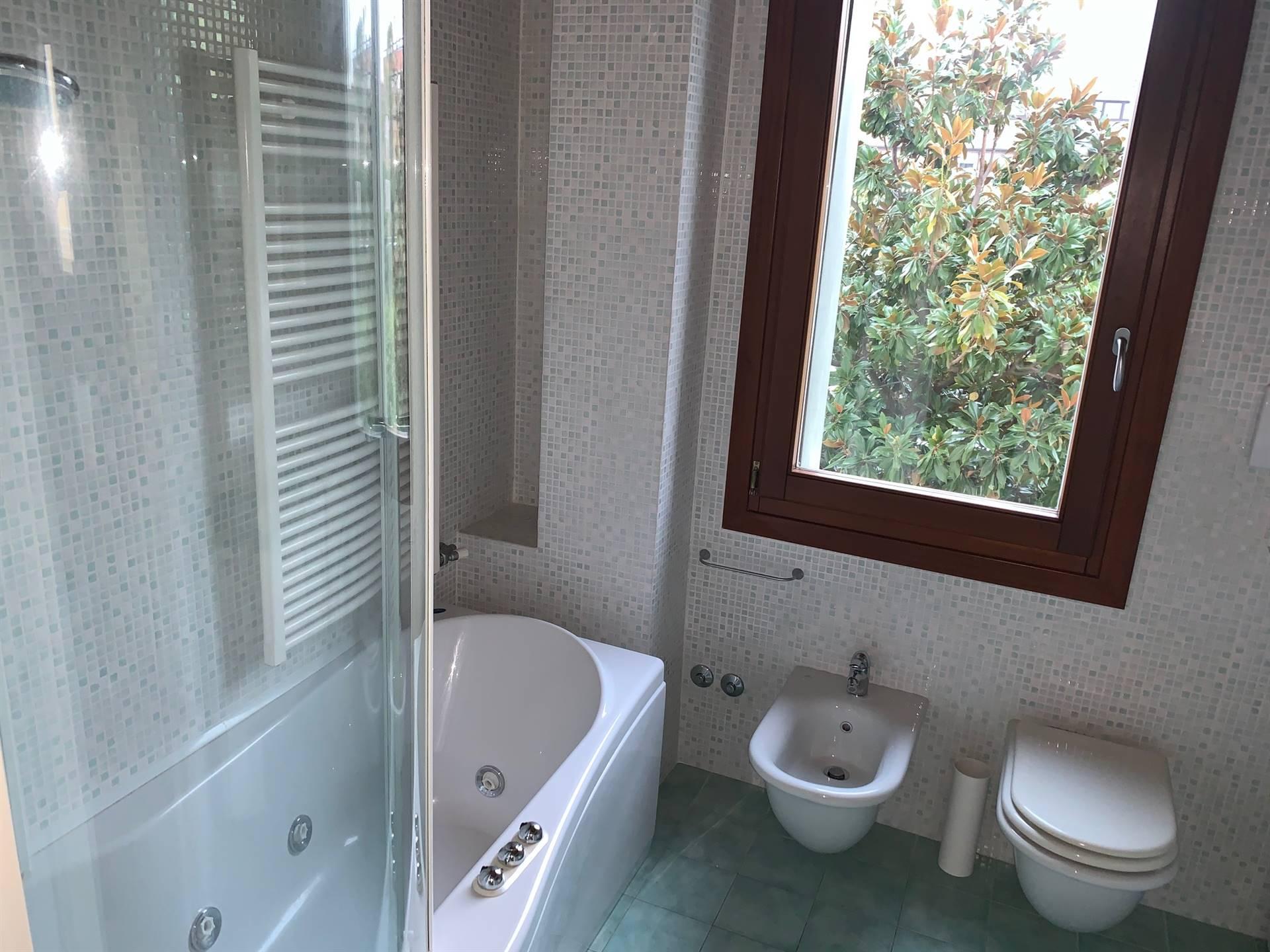 bagno con vasca e doccia appartamento Mestre