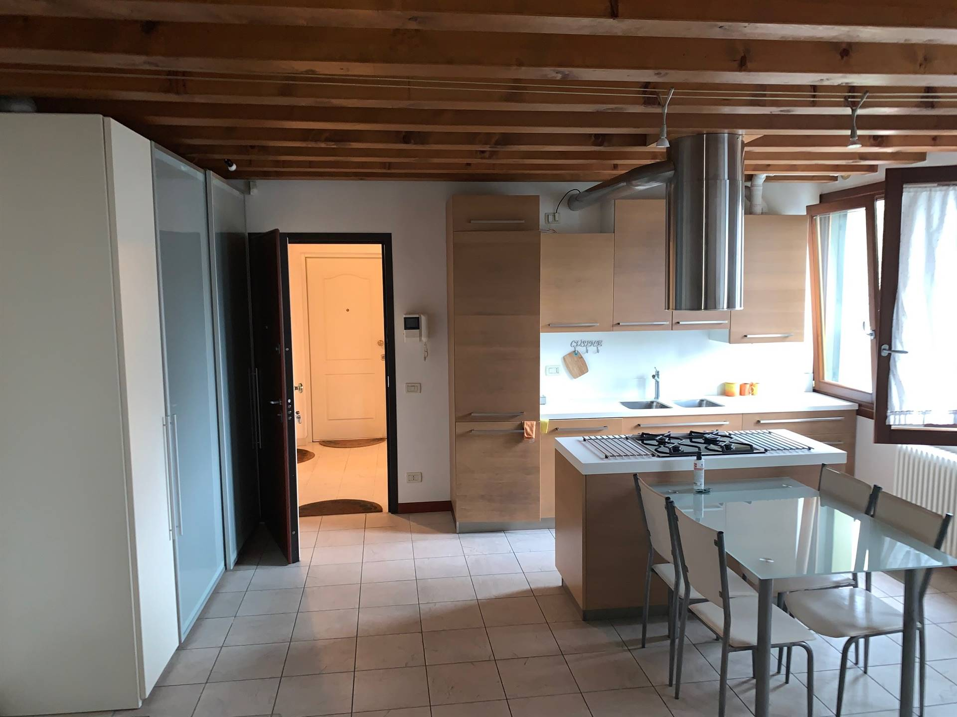 cucina abitabile con travi a vista Mestre centro
