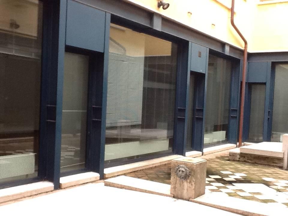 cortile interno con vetrate ufficio Mestre