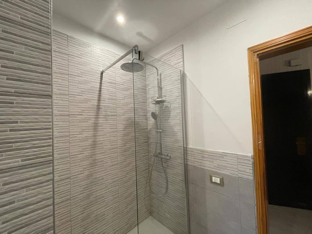 bagno finestrato con doccia TRIVIGNANO