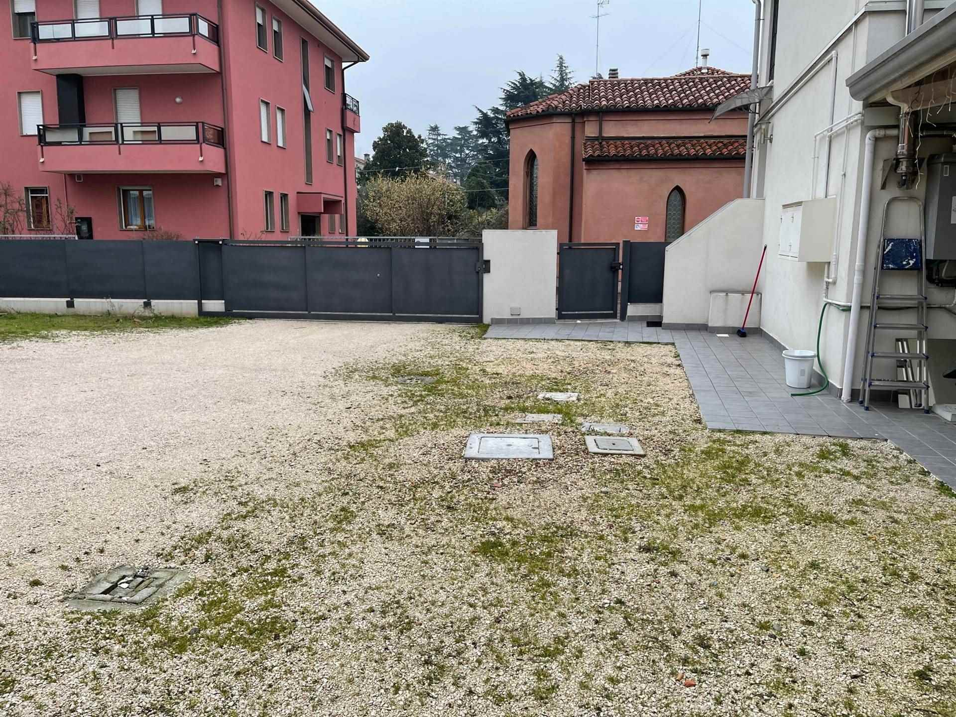 giardino condominiale con posti auto Mestre