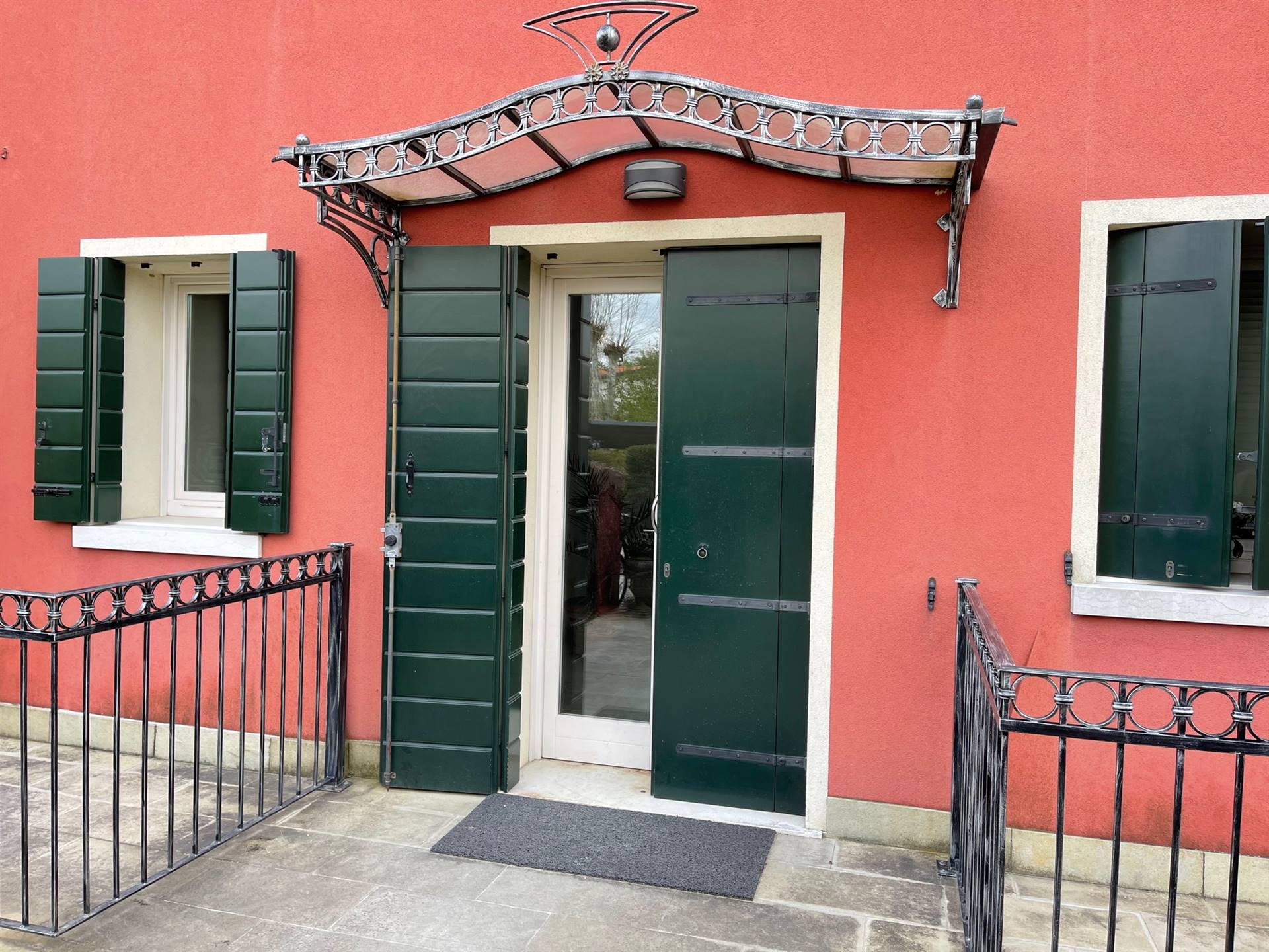 ingresso piccola palazzina mansarda Zelarino