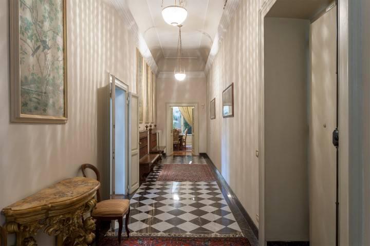 Lungarno Vespucci , in bel palazzo risalente al 1800, posto al piano nobile con affacci sui Lungarni, disponiamo di un elegante appartamento di circa