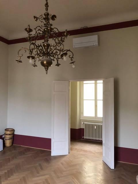 Ambasciata Americana pressi, elegante appartamento sito all'ultimo piano di uno storico palazzo a pochi passi dal Lungarno Vespucci, 250 mq circa,