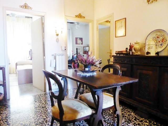 Via Circondaria vendiamo nuda proprietà in palazzo anni 60 al piano 4° piano con ascensore ,di circa 80 MQ composto da ampio ingresso cucinotto