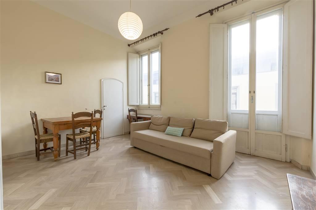 Comunale pressi. Luminoso appartamento posto al secondo piano di una bella palazzina anni 20 che si compone di ampio soggiorno/sala da pranzo,