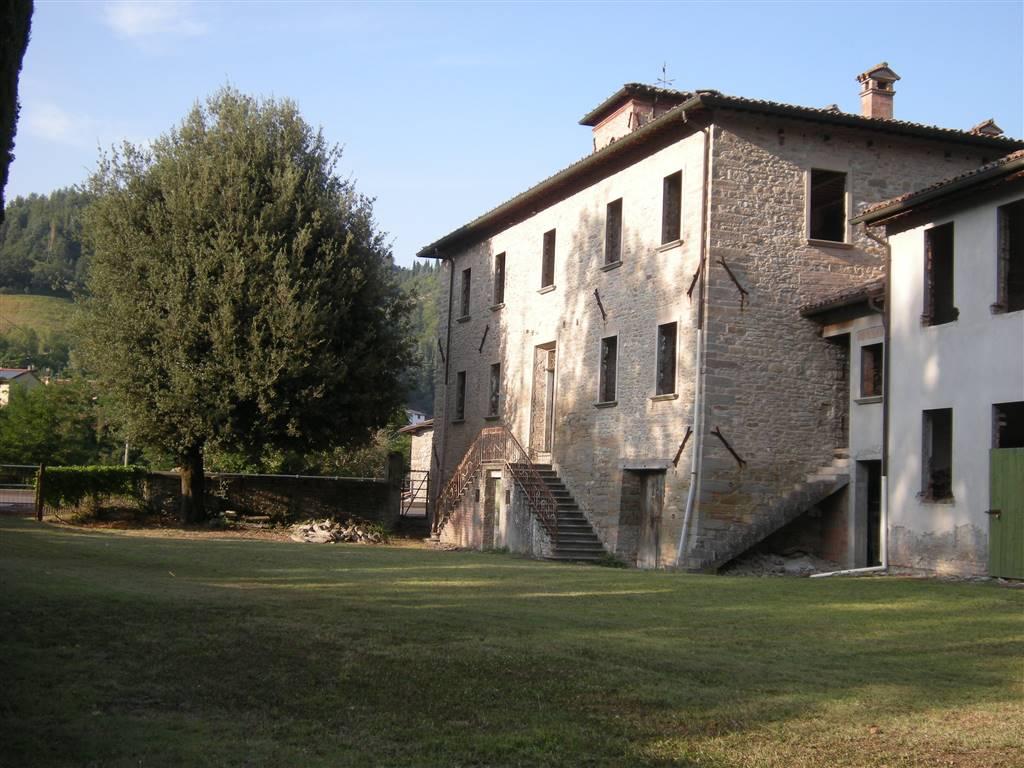 Casale in pietra che sorge nell'elegante cornice delle colline di Modigliana, piccolo paese della Romagna Toscana percorso, nella parte più a valle,