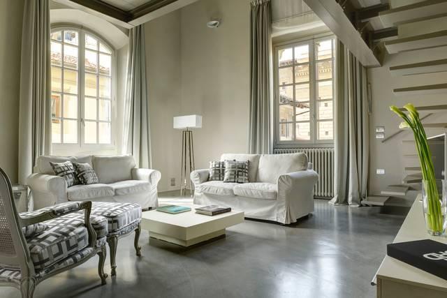 Piazza Strozzi. Bellissimo appartamento di 100mq. su 2 livelli : 1° livello camera con bagno e spogliatoio, salotto con cucina a scomparsa