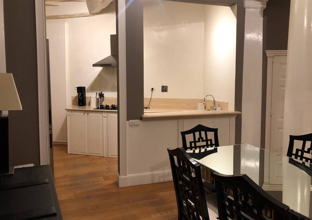 Via della Vigna Nuova. Elegante appartamento con rifiniture di pregio, posto a un piano alto con ascensore, circa 120 mq, finemente arredato,