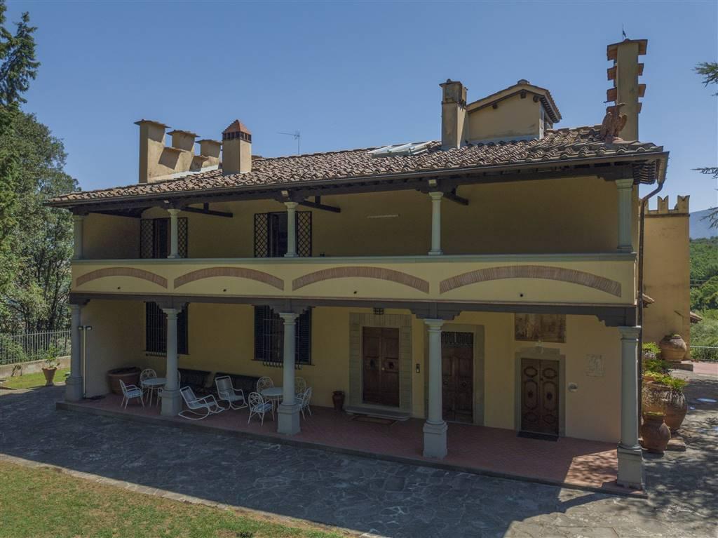 A soli 18 km da Firenze in rinomata zona di produzione vinicola,elegante e ristrutturata VILLA padronale in stile rinascimentale su due livelli oltre