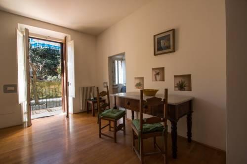 Porta Romana pressi. Viale Petrarca, luminoso appartamento di circa 120 mq, 2 camere matrimoniali, 1 camera singola, 2 bagni, cucina abitabile,