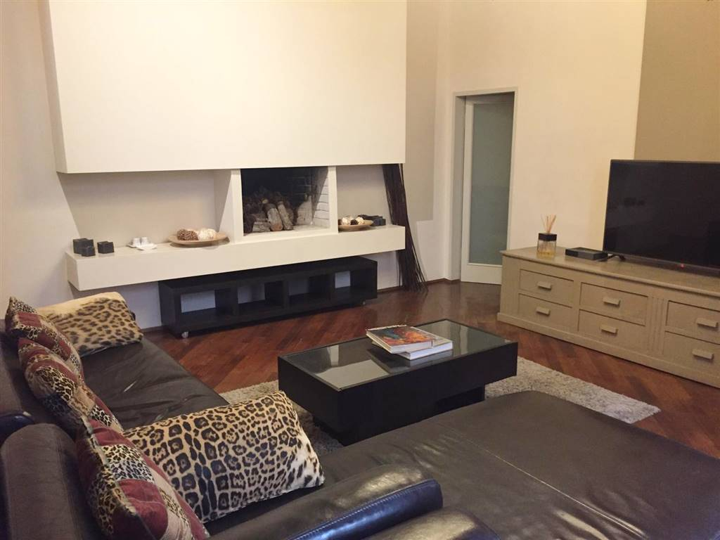 Questo delizioso, spazioso appartamento si trova al primo piano di uno storico palazzo in Borgo Albizi, nel cuore del centro di Firenze a due passi