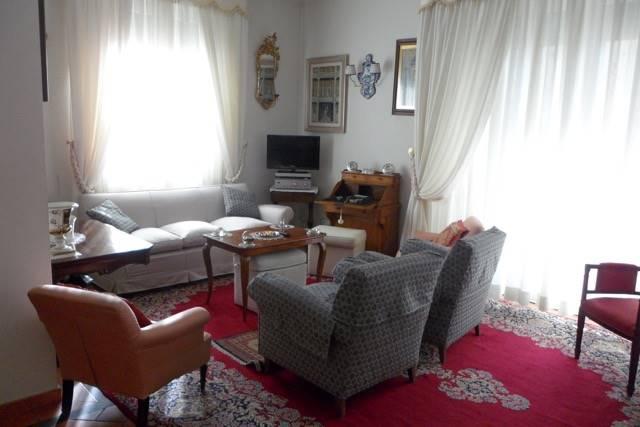 Comunale, signorile appartamento di circa 200 mq, posto al piano alto di condominio con servizio di portierato. L'appartamento si compone di ampio
