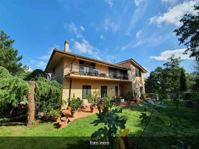 Fiesole - Montebeni - Villa sulle prime colline di Firenze e a pochi minuti da Settignano, immersa nel verde e nella tranquillità ma comunque in un