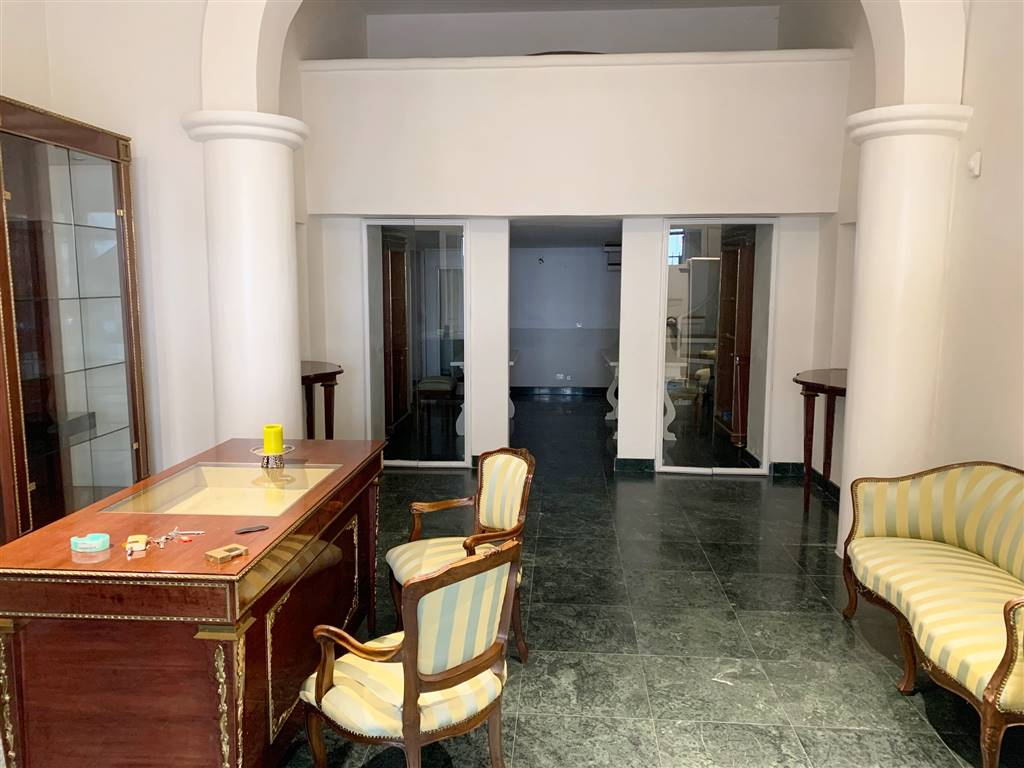 BORGO OGNISSANTI, FIRENZE, Business unit for rent of 80 Sq. mt., Excellent Condition, Energetic class: G, placed at Ground, composed by: 3 Rooms, 1