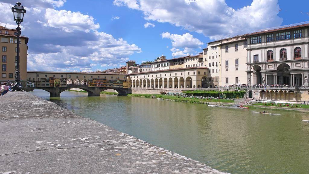 Ponte Vecchio, in palazzo storico vincolato dalle Belle Arti, vendesi prestigioso appartamento di circa 160 mq, piano alto con ascensore, vista