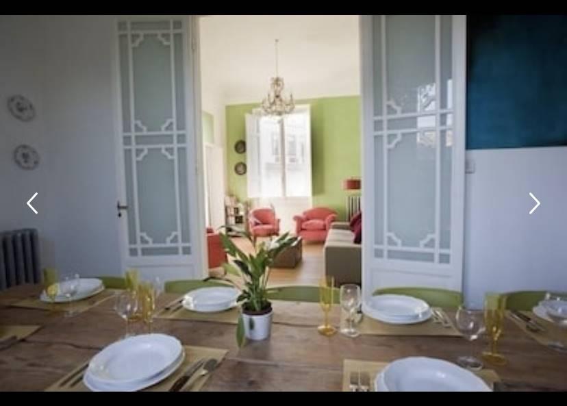 Questo ampio e soleggiato appartamento su due livelli, con terrazza, parcheggio privato, nel giardino del palazzo, situato nel centro di Firenze in