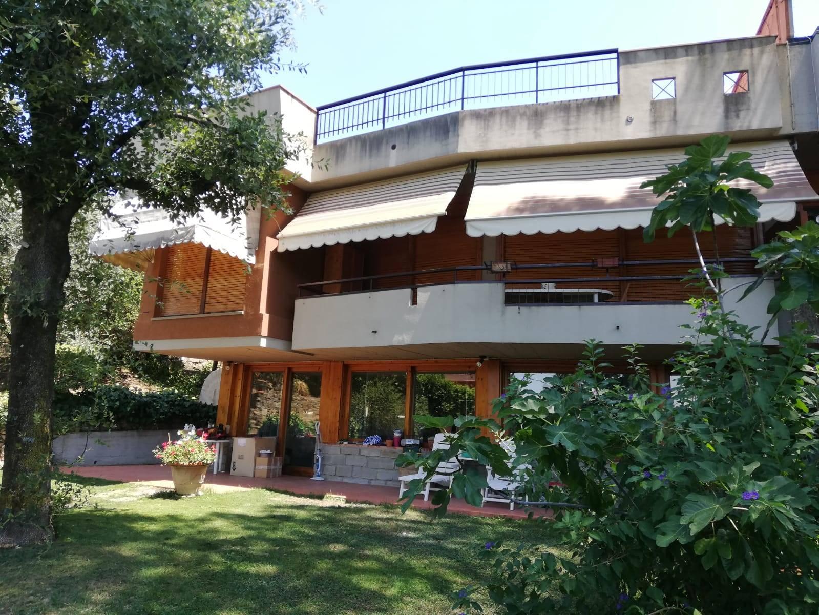 Villa moderna bifamiliare ristrutturata completamente di circa 350 mq con enormi vetrate situata all interno di un condominio tutto videosorvegliato