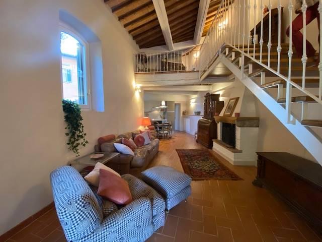Pozzolatico, sulle prime colline, grazioso appartamento in limonaia con ingresso indipendente di circa 120 mq con spazio esterno esclusivo di 55 mq.
