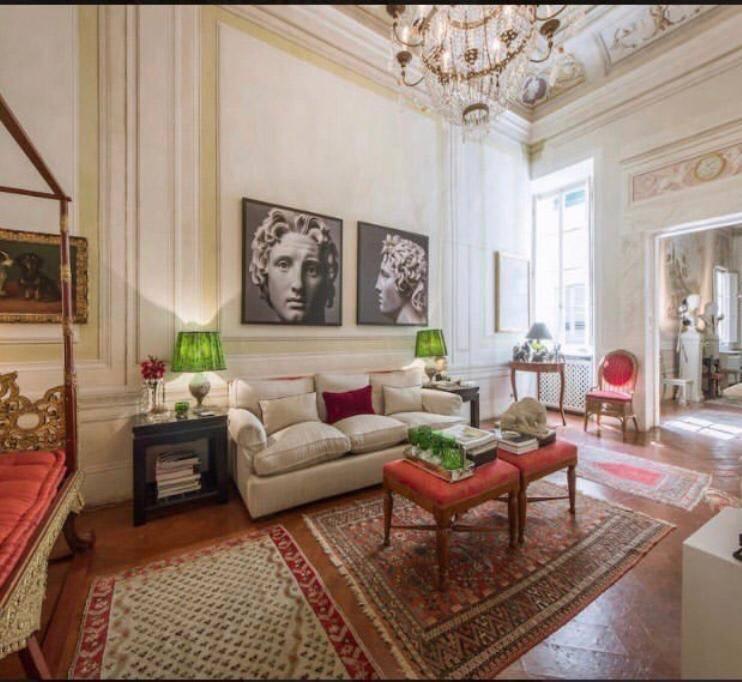 Elegante appartamento luxury nel cuore dell'Oltrarno fiorentino sito al piano nobile di antico palazzo storico . L'appartamento, caratterizzato da