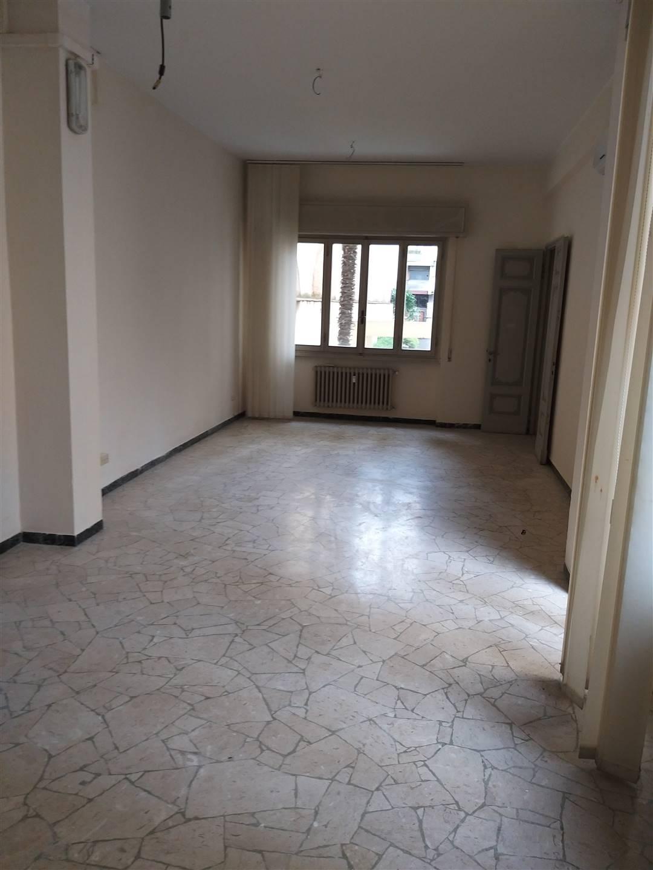 Porte Nuove, affittasi ufficio sito al piano terra, circa 260 mq, composto da 11 stanze e un bagno, due terrazze. Possibilità di posti auto.