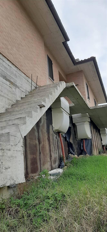 Foto scalinata laterale accesso garage