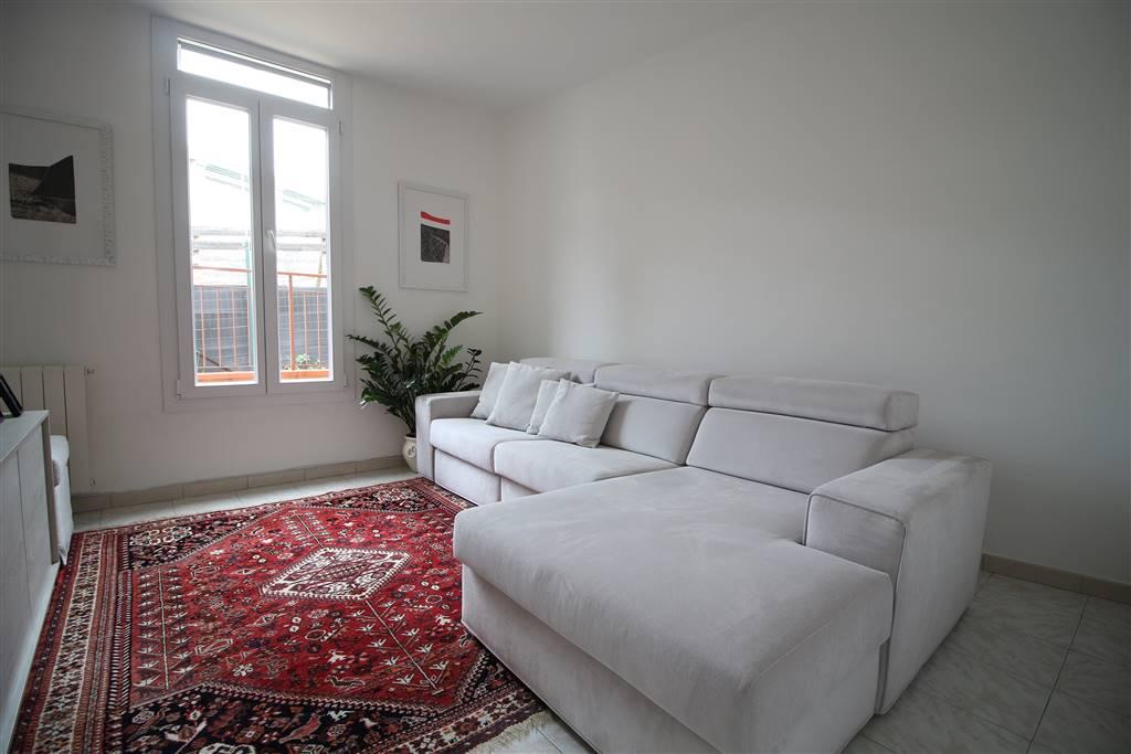 Ampi appartamenti composti da due camere cucina e sala, terrazza, cantina posti auto e garages, a poca distanza dal confine francese e dal centro di