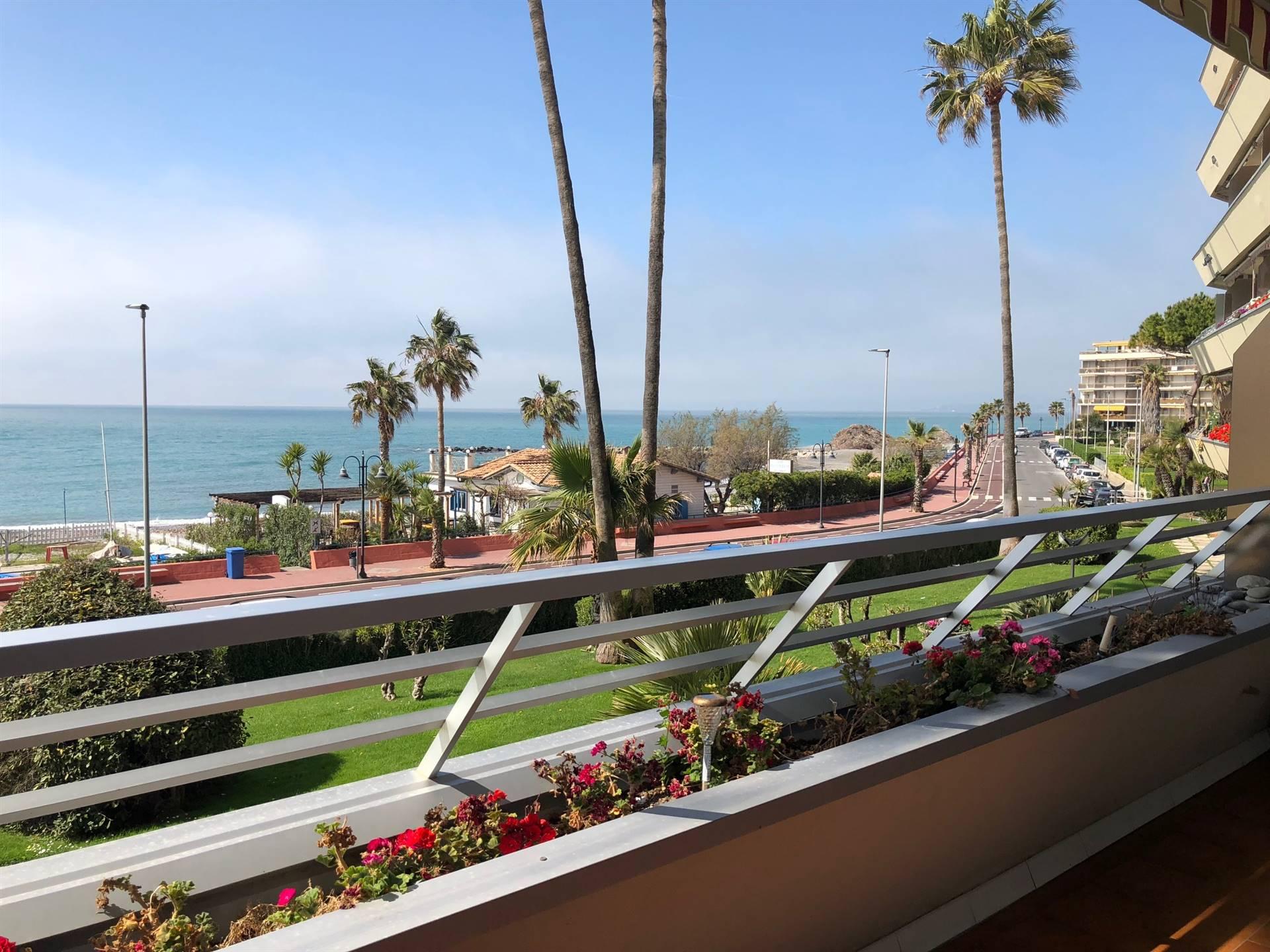 Affittasi sul lungo mare appartamento con ampia terrazza per luglio e agosto 2021. Per info +39 0184 23 51 80