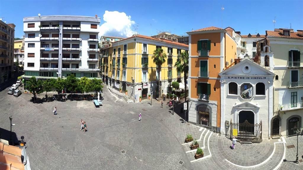 Locale commerciale in Piazza Portanova, Centro Storico, Salerno