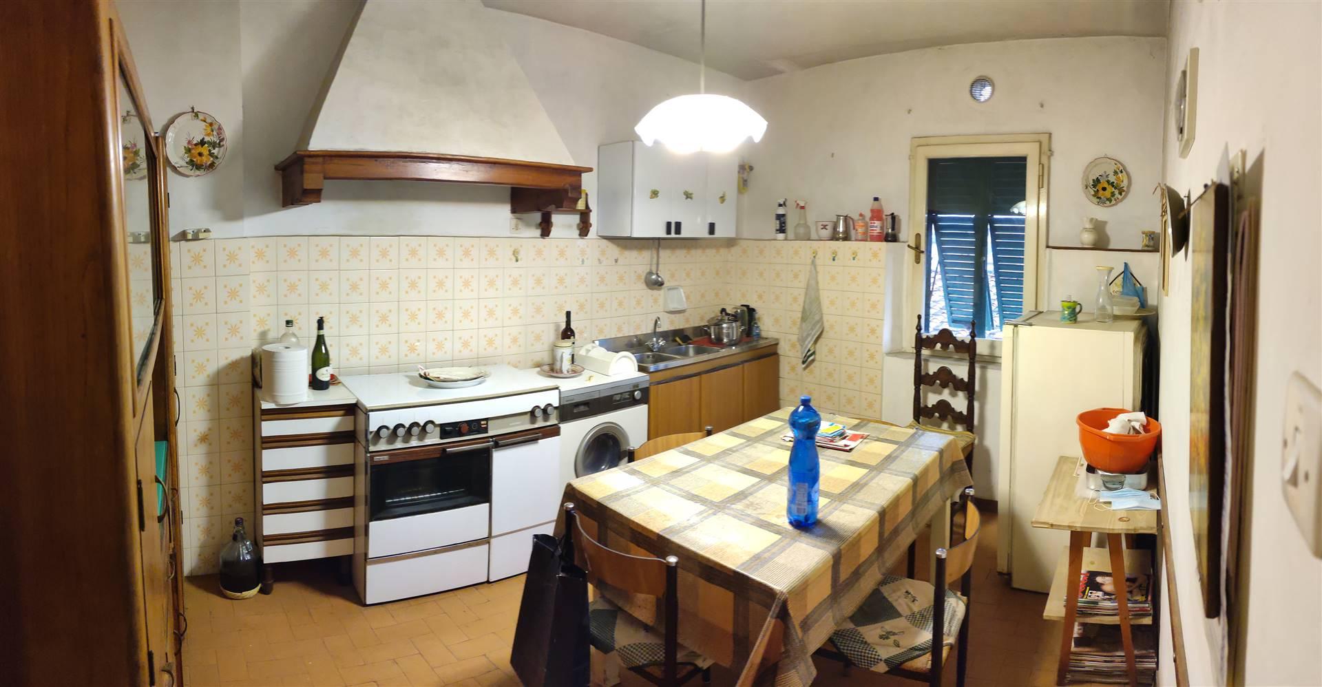PISTOIA, Via della Madonna: nelle prime vicinanze del centro storico, vendesi appartamento di 110mq circa, sito al 4° piano, da ristrutturare, composto da: Ingresso, soggiorno, cucina, 2 camere,