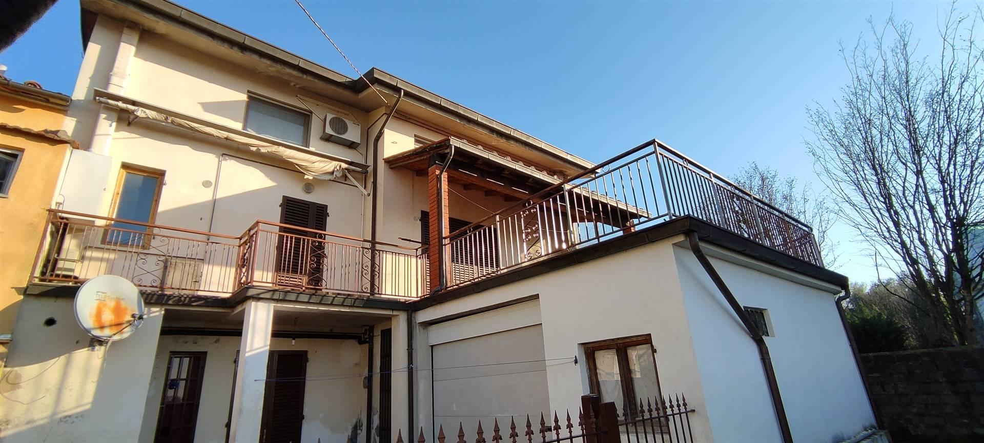 Chiedi del riferimento 12219: A pochi chilometri da Pistoia casa per due famiglie composta da due appartamenti indipendenti, Libera 3 lati, con giardino frontale, resede tergale, garage doppio, ampia