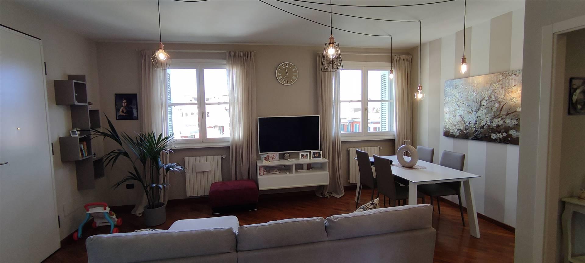 Nel centro di Quarrata, in bel complesso di recente costruzione, appartamento in ottimo stato posto al terzo piano, con ascensore, composto da terrazzo privato, luminoso soggiorno, cucina abitabile,