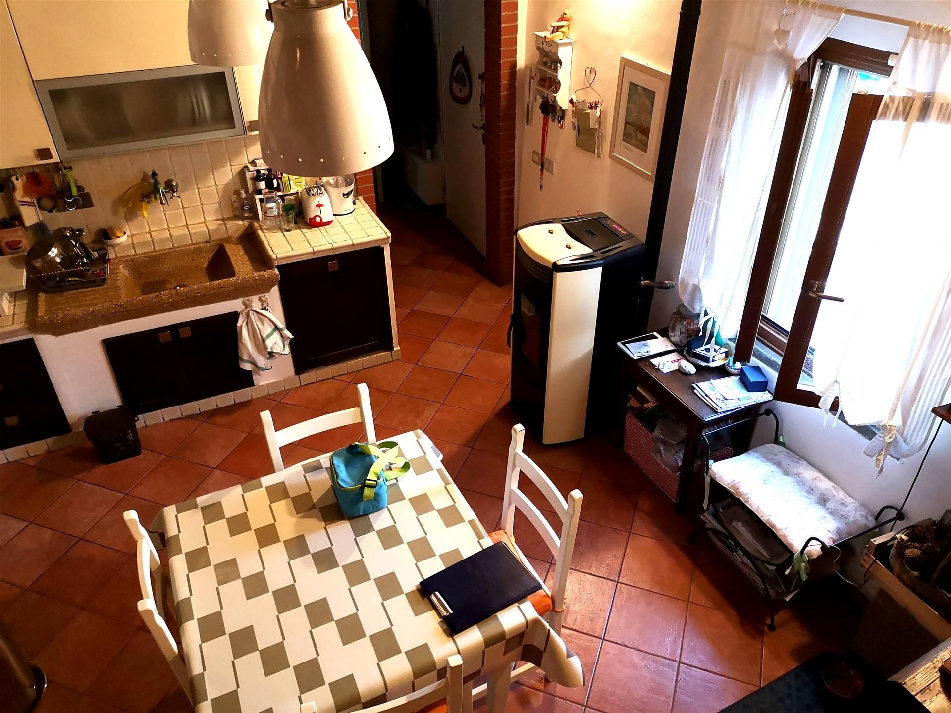 Poggio a Caiano pressi: In piccolo terratetto, vendesi appartamento con ingresso indipendente ristrutturato nel 2008 di circa 85 mq, sito al piano 1°,