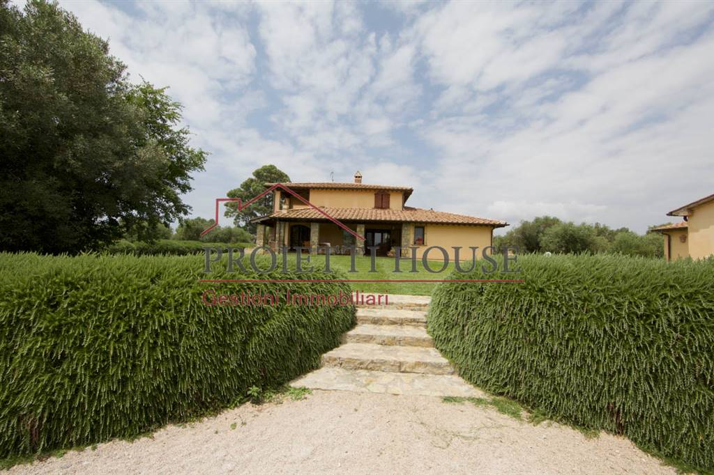 luxury villa with swimming pool in Tuscany for sal