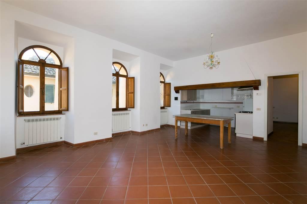 Appartamento posto al piano terra di una magnifica villa con parco condominiale a soli 4 km da Siena, direzione est, con 2 posti auto nel piazzale a