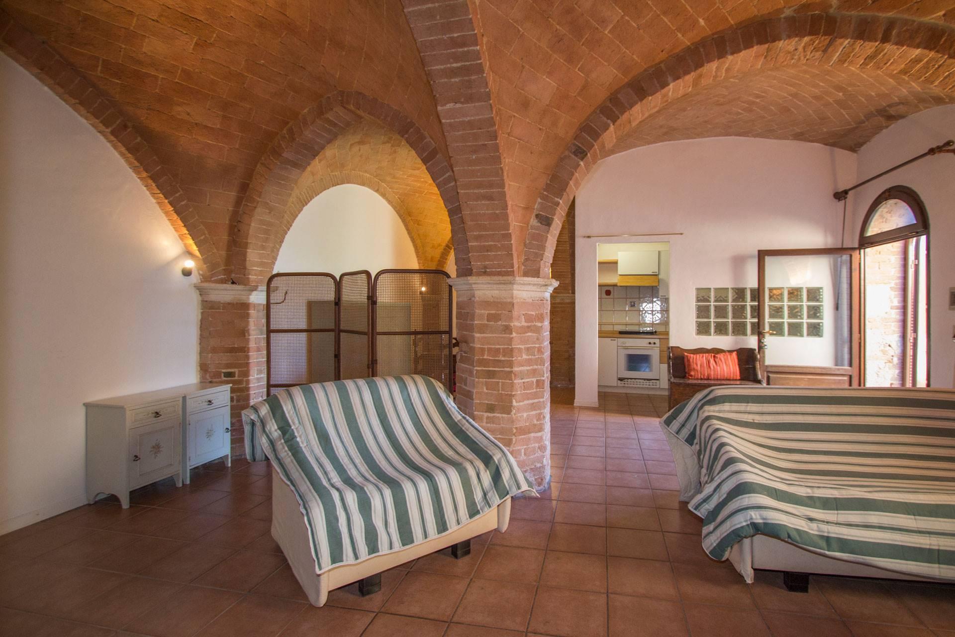 In un piccolo paese a pochi chilometri da Siena, caratteristico monolocale con ingresso privato al piano terra di un casolare. L'appartamento di mq