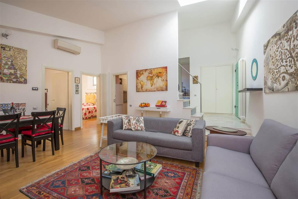 Inserito all'ultimo piano di un noto palazzo storico dotato di ascensore, l'appartamento si apre in un ambiente completamente ristrutturato, luminoso