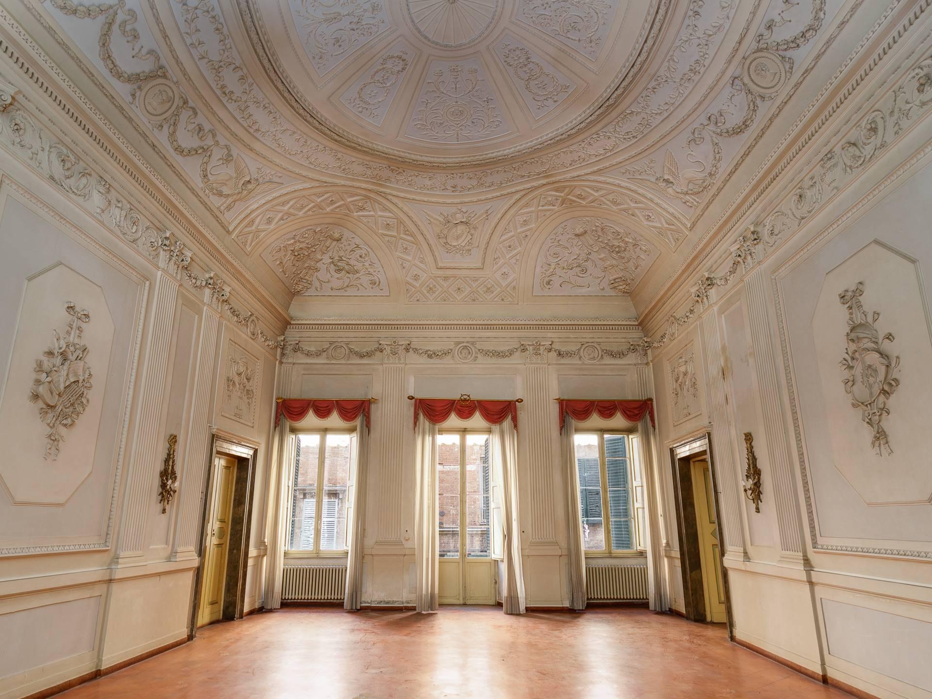 Incredibile pensare che siamo nel centro di Siena, questo lussuoso appartamento unico nel suo genere, si trova in uno dei palazzi più importanti e