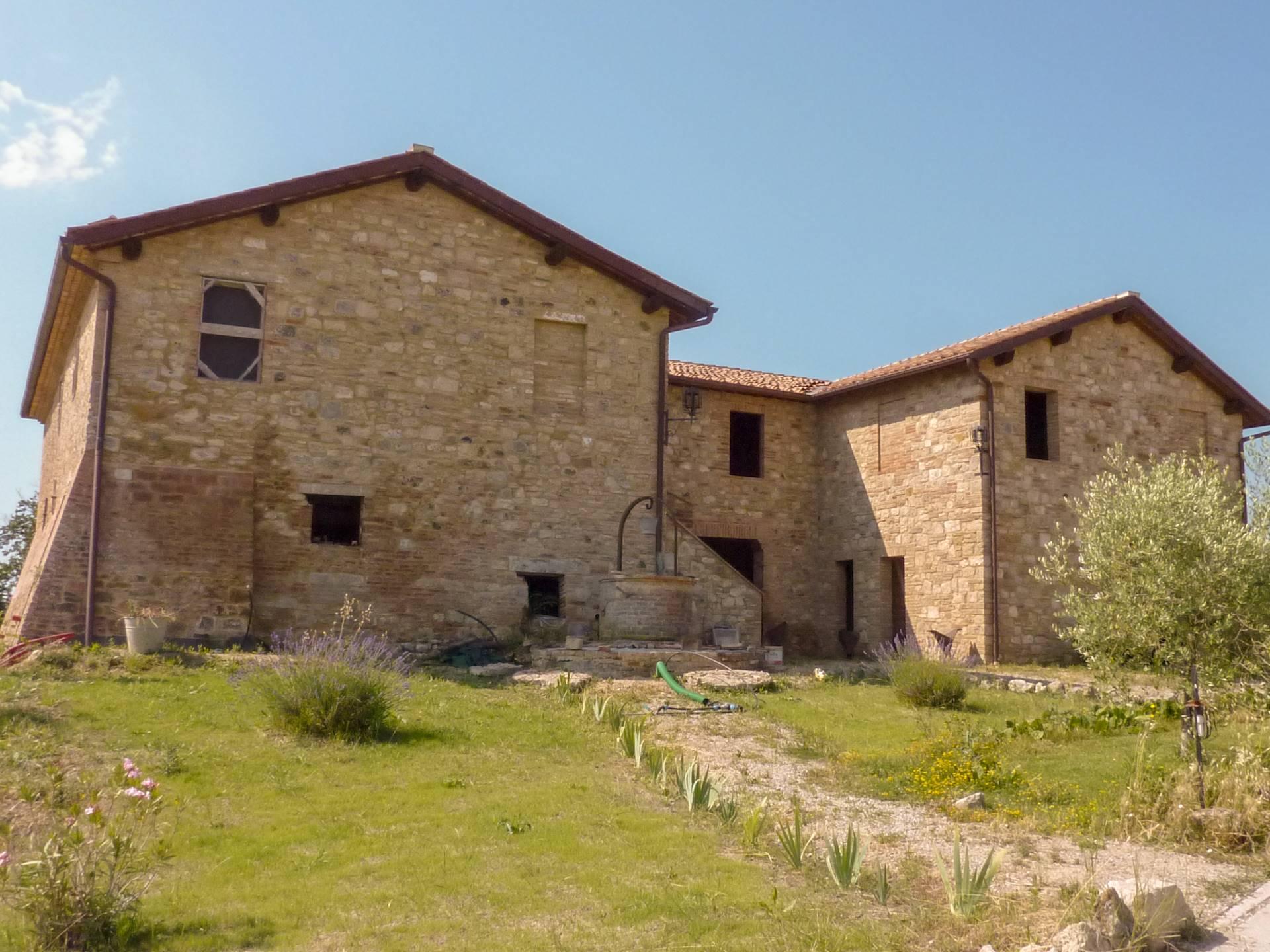 Podere in pietra circondato da un ettaro di terreno, in splendida posizione collinare molto panoramica situato nelle Crete Senesi, 300 mt di