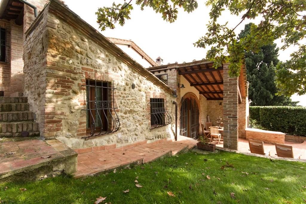 Lussuosa villa di 250 mq calpestabili, finemente restaurata e caratterizzata da un alto livello di comfort abitativo, a soli 6 km da Siena in