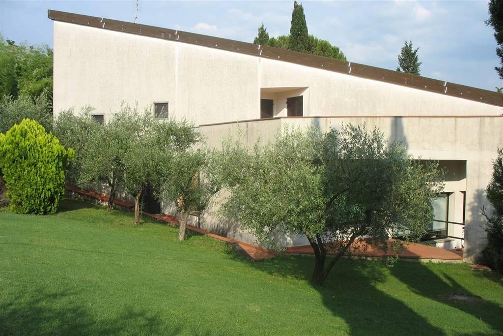 Villa moderna di mq 449 con piscina esclusiva, giardino di mq 1600 e due garage, posta in zona tranquillissima e collinare in prossimità di una
