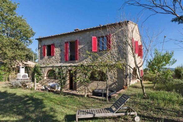 Interesting house on two levels of 207 sqm with large and pleasant rooms, some with fireplace, others with characteristic arches and others with