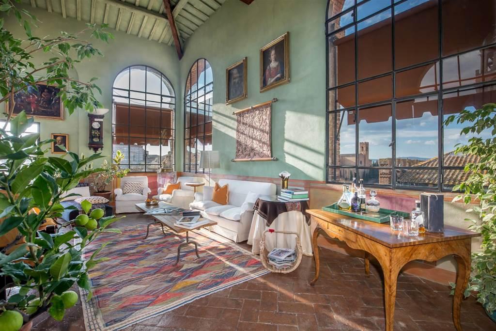 Dimora di pregio con altana e terrazza panoramica. Nel centro storico di Siena prestigioso e affascinante appartamento all'ultimo piano dell'antico